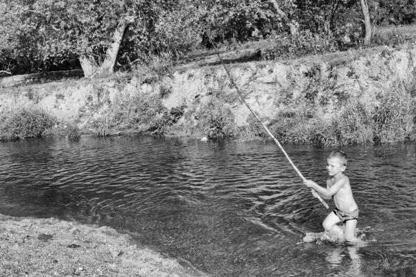 сонник плыть на моторной лодке по воде