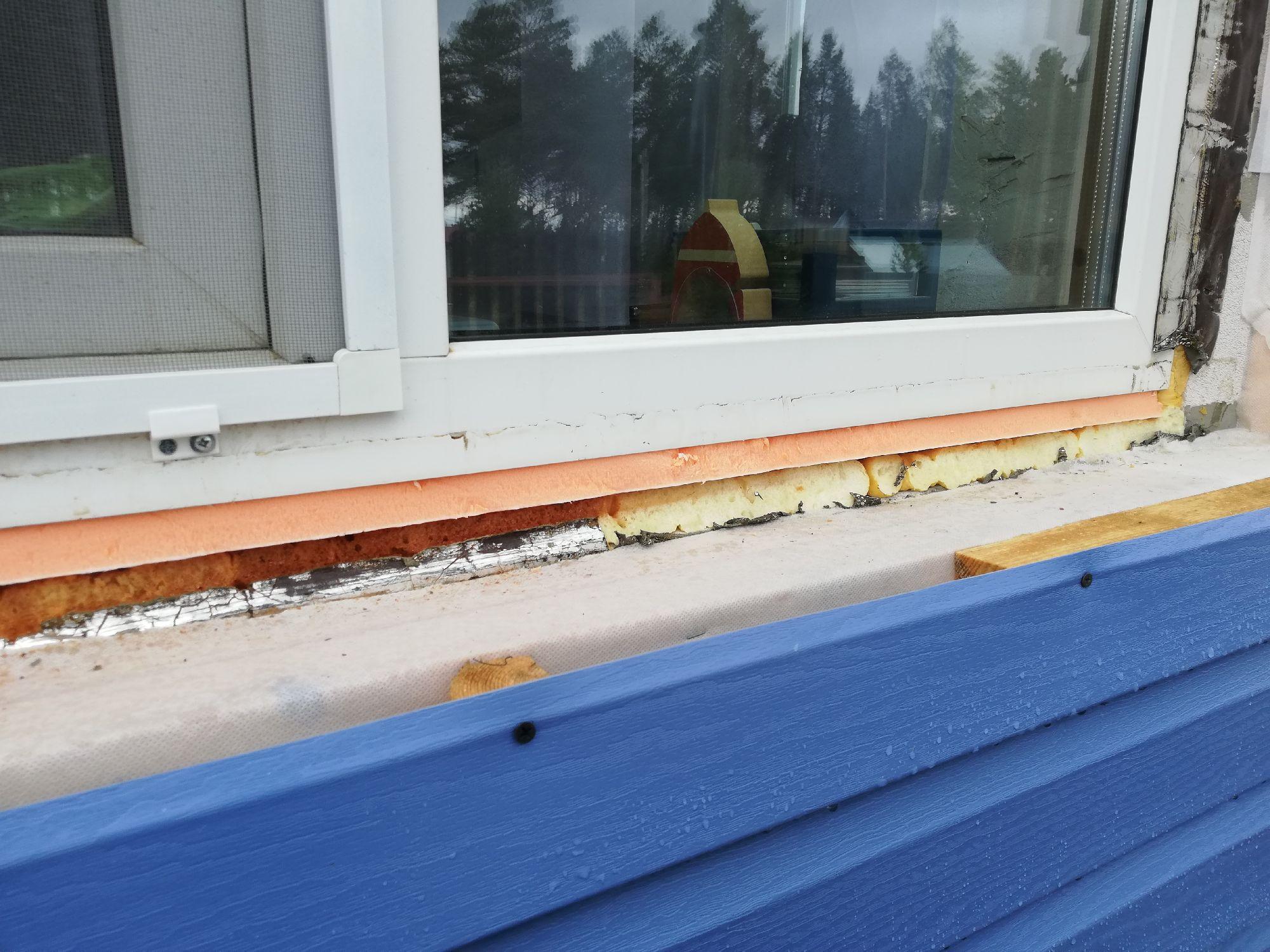 Под окно затолкали Пеноплекс, толщиной полтора сантиметра. Поверх него - отлив, втыкается в профиль окна.