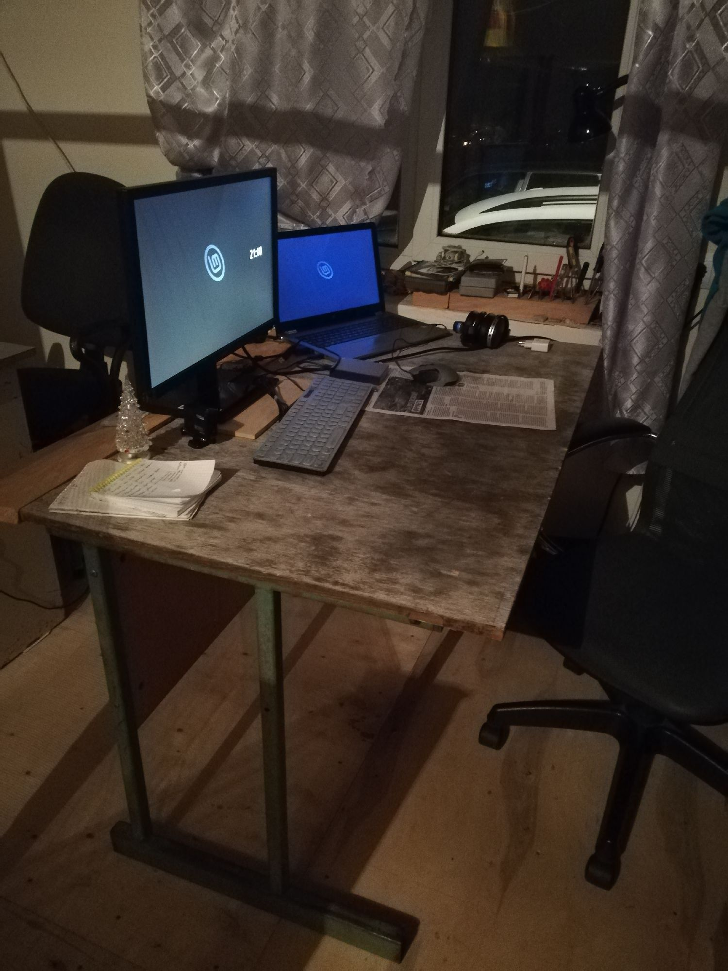 Моё рабочее место - думаю накрыть расширенный стол листом фанеры (а расширен он в глубину, не видно)