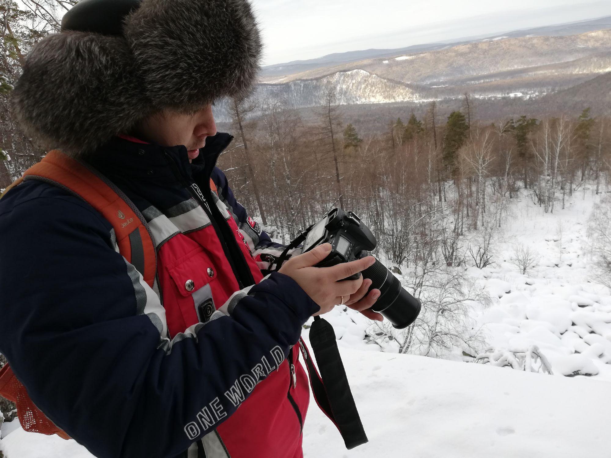 Саша взял фотик и телевик, чем спас ситуацию - солнышко вылезло и очень круто освещало горы