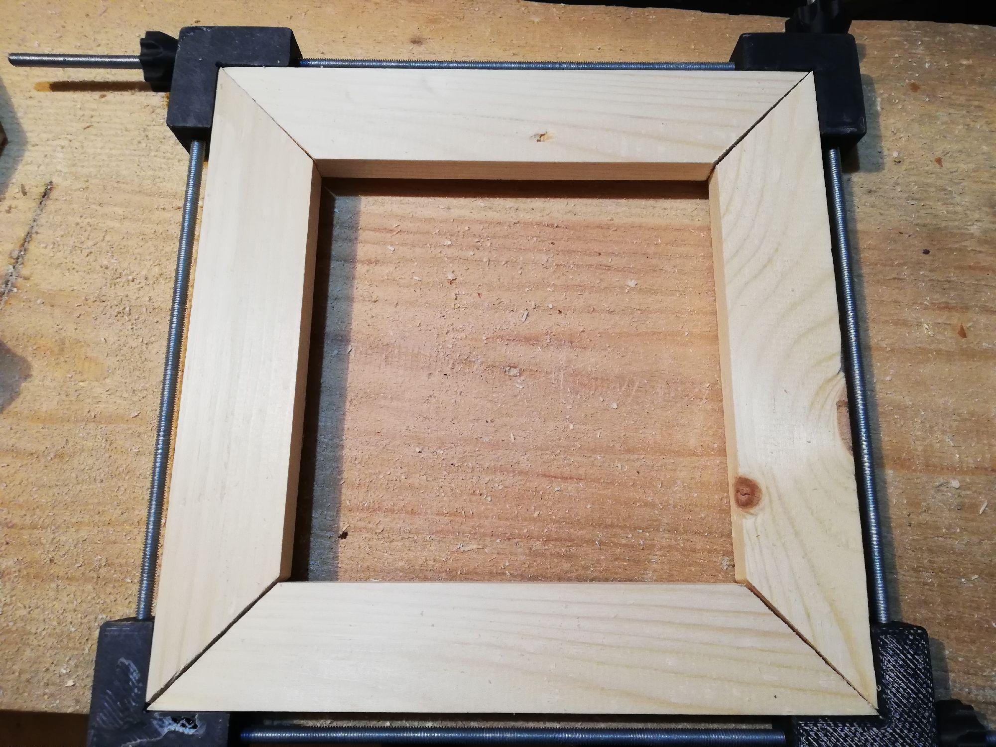 Тут проверял работу струбцинки для рамок, напечатанную Толей, до торцовки. Видно щели)