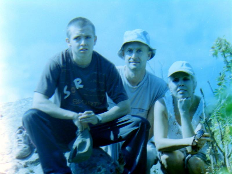 Брат, родители на скале