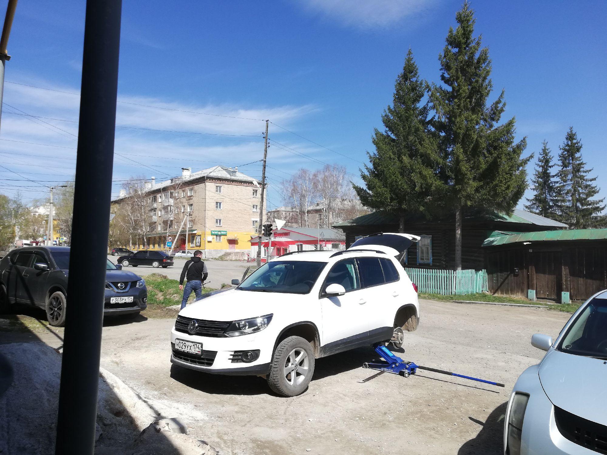 На Ленинградской вот есть мощные домкраты, удобно
