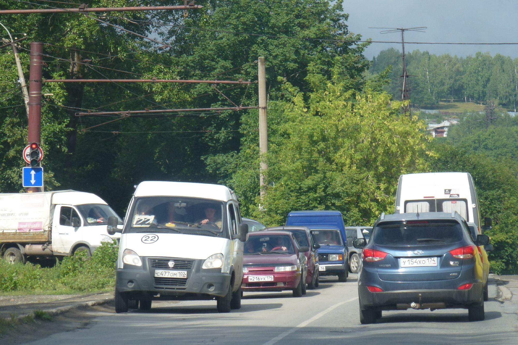 Налево - на Генераторную, направо - закрытая улица Кирова (Дорога угрожает упасть под косогор)