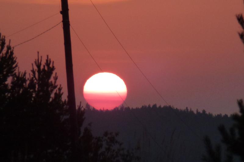 Солнце выбирается из далёкой дымки