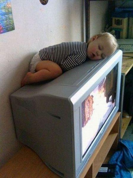 funny_and_awkward_kid_sleeping_positions_640_13