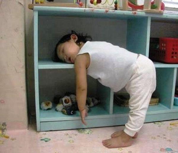 funny_and_awkward_kid_sleeping_positions_640_01