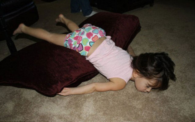 funny_and_awkward_kid_sleeping_positions_640_02