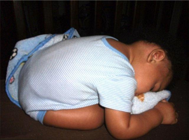 funny_and_awkward_kid_sleeping_positions_640_07