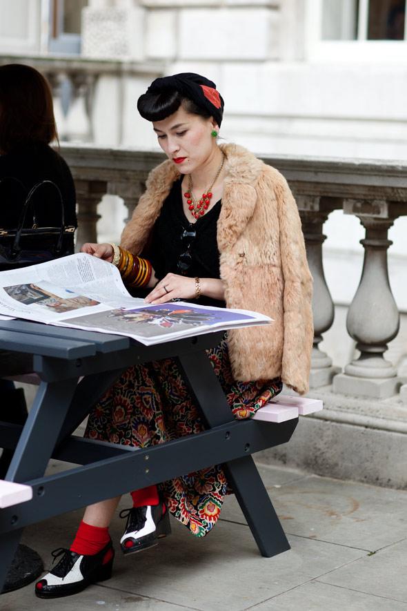 FEELDESAIN-WOMAN-ON-STREET-IN-LONDON-02