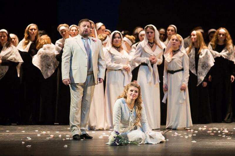Ольга Терентьева в роди Эльги. Фото с сайта театра, потому другие актеры могут отличаться