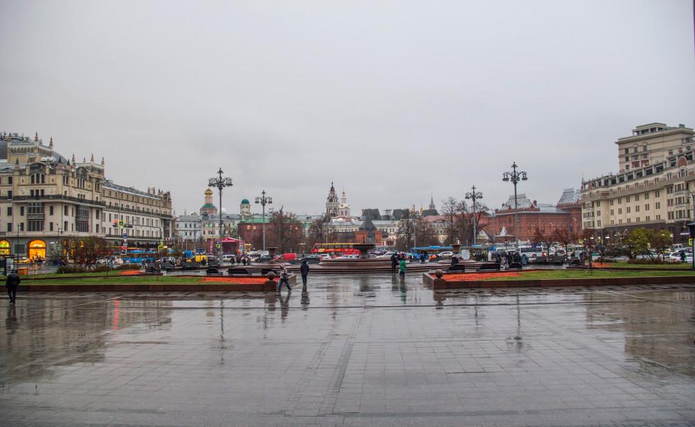 """Вид со ступенек Большого театра. Слева - гостиница """"Метрополь"""", справа - гостиница """"Москва""""."""
