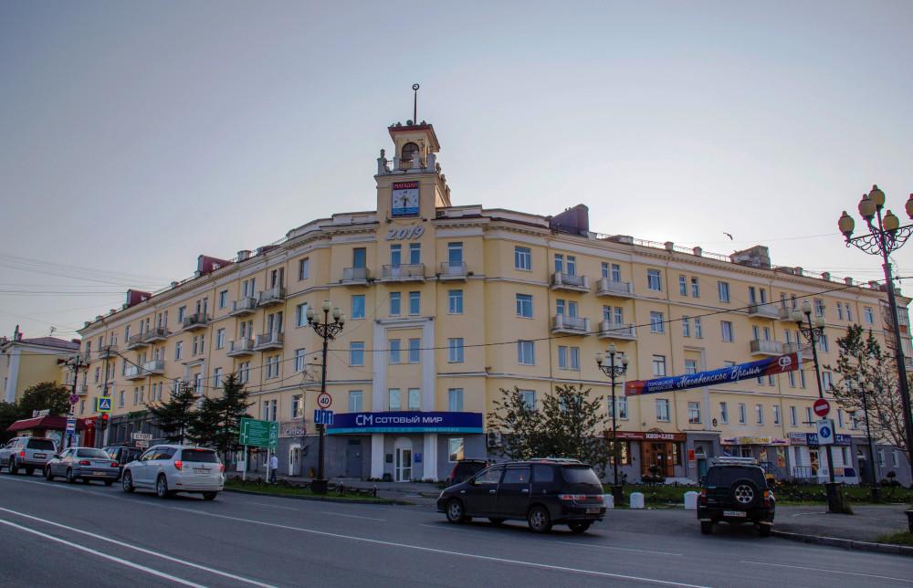 Машины поднимаются по проспекту Ленина, а направо - пешеходная часть проспекта Карла Маркса - бывшая улица Берзина.