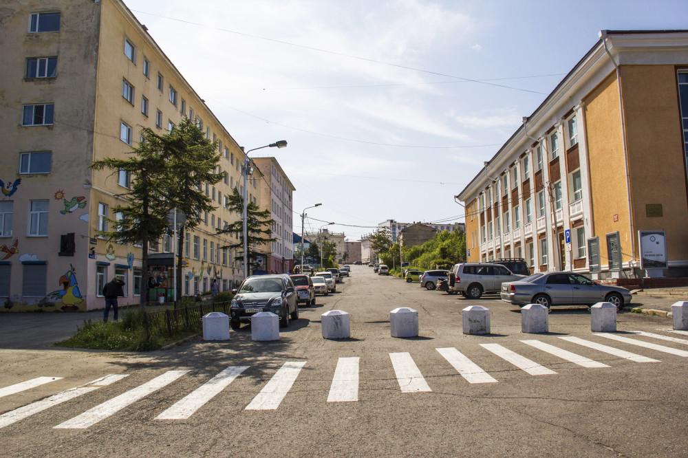 Школьный переулок. Справа - Магаданский театр, слева дом, в котором на 5-м этаже жил В.А. Козин. Фото 2019г.