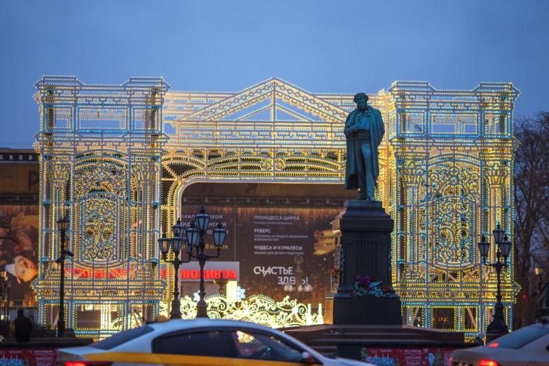 Памятник А.С. Пушкину стоит на площади его имени, лицом обращён на Тверской бульвар.