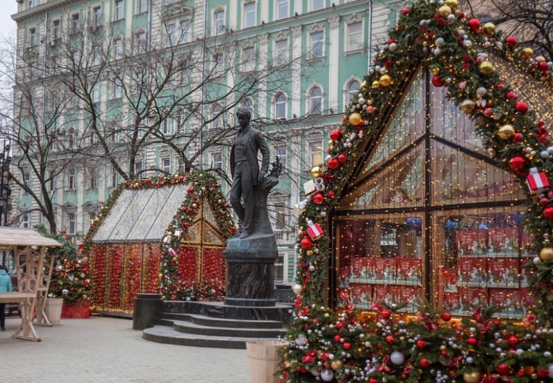 Памятник С.А. Есенину установлен в середине Тверского бульвара.