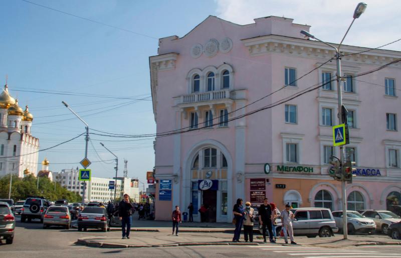В старом здании гостиницы сейчас находятся разные организации.