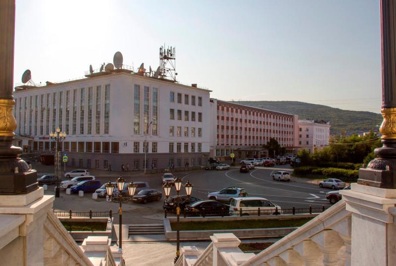 "Вид с крыльца Собора на Главпочтамт и гостиницу ""Магадан""."