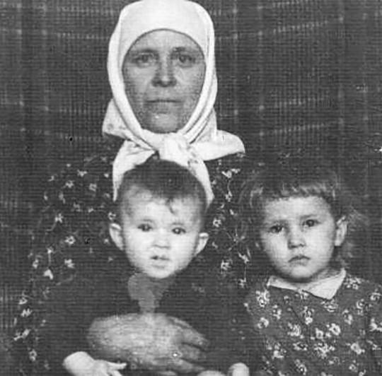Бабушке здесь 50 лет, на руках у неё моя сестра Валентина, справа - я.