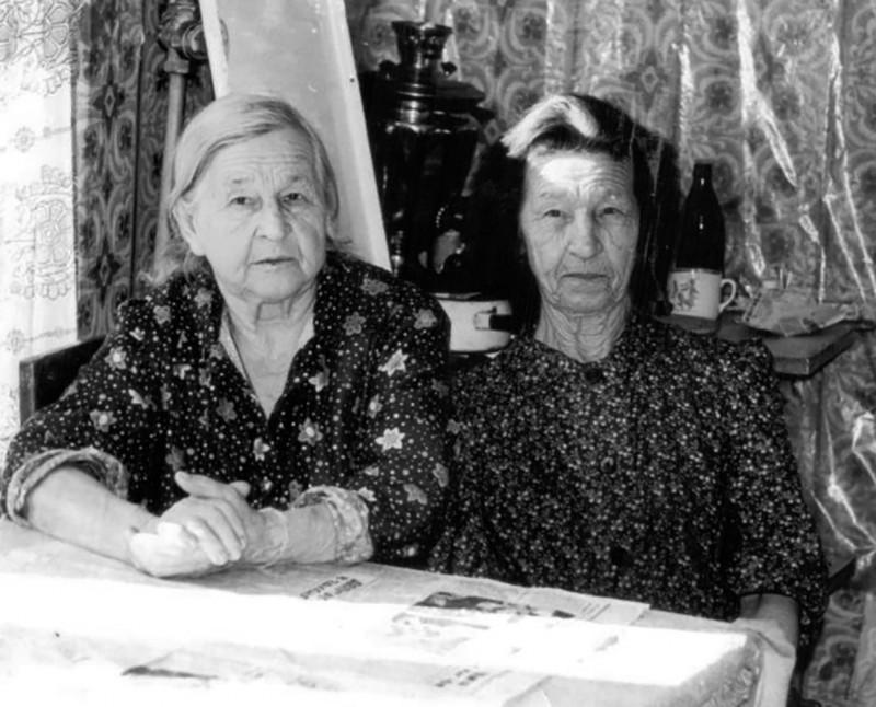 Тётя Зина (справа) со своей старшей сестрой Марией Васильевной.