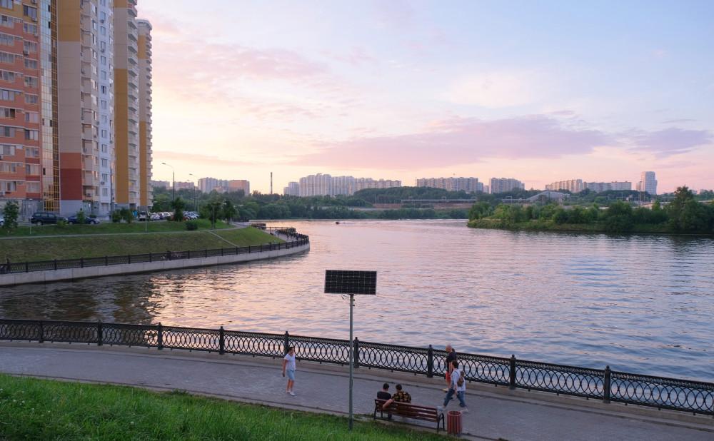 Вид из Павшинской поймы, вдали - Москва, июль 2020