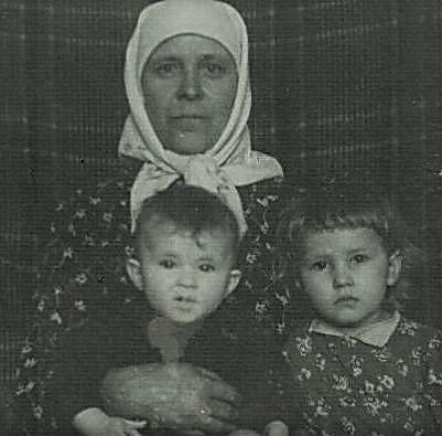 Вот такие мы примерно были: бабушка, Валя и я.