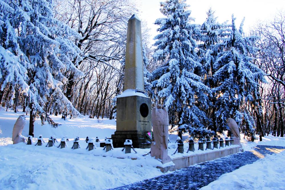 Памятная стела на месте гибели М.Ю. Лермонтова у горы Машук в Пятигорске. Снято в феврале 2014 года