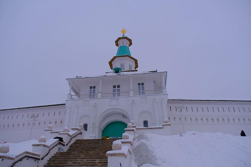Вход в монастырь со стороны сада.