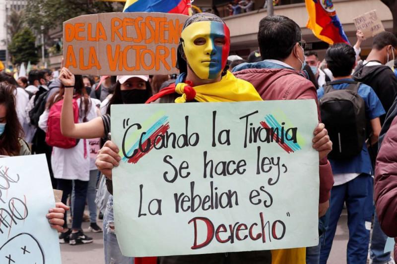 Демонстрант держат табличку с надписью «Когда тирания становится законом, восстание становится правом» в Боготе, Колумбия, 5 мая 2021 г.