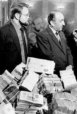 Т. Гдлян и Н. Иванов с изъятыми у преступных групп Узбекистана ценностями. 1988 г.
