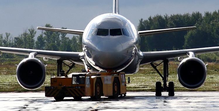 Стойка шасси самолета просела в асфальт в аэропорту Костаная