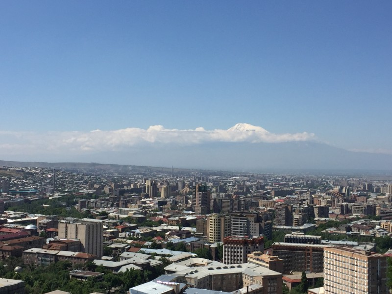 Ереван. Вдали виднеется верхушка Арарата.