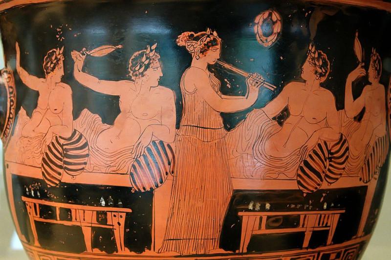 Рабыня развлекает участников симпозиума игрой на флейте