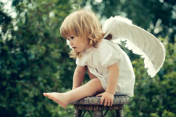 plate-kryla-devocka-angel-rebenok-taburet-malyska