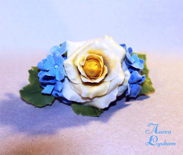 Заколка-роза-и-голубые-гортензии