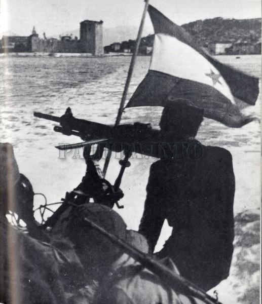 Partizanski camac sa razvijenom zastavom.jpg