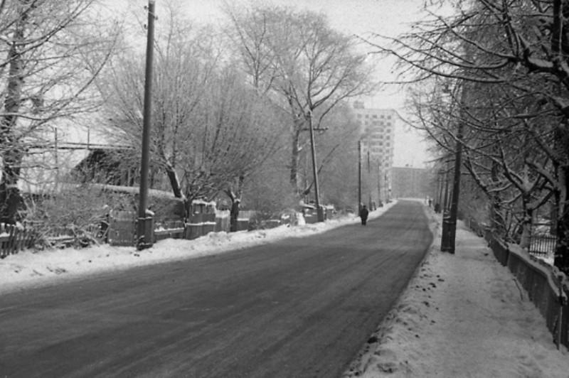 Юхновская улица, видны башни на Коштоянца.