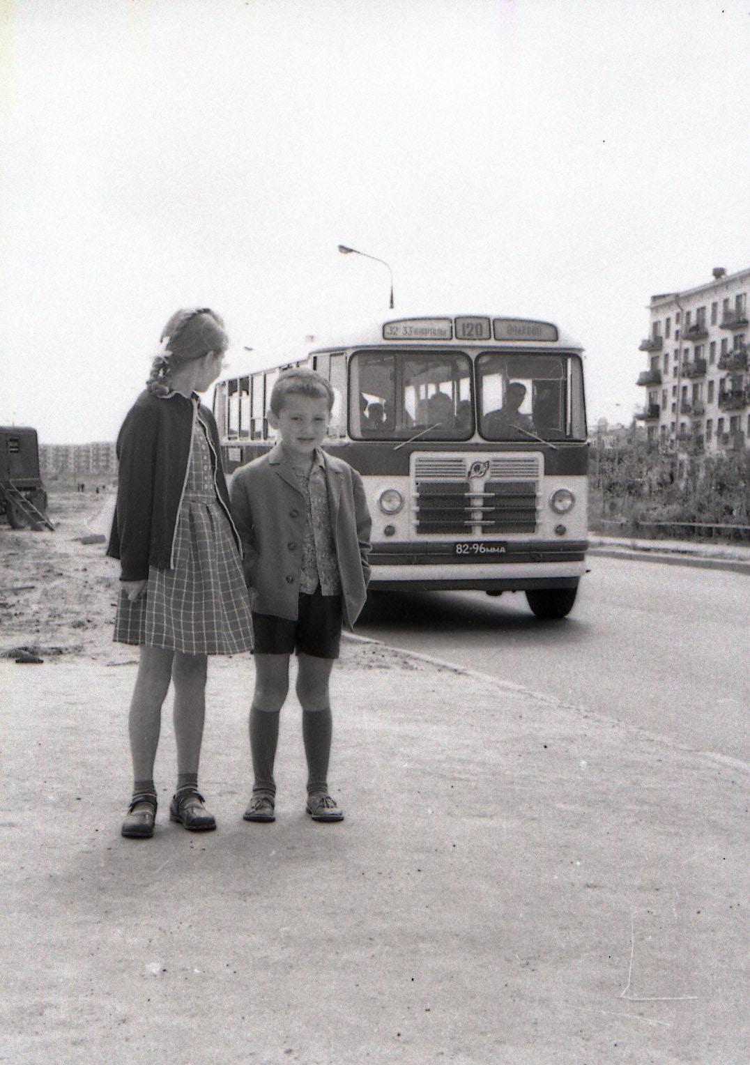 Автобус №120 на ул. Удальцова на пути в Никольское.