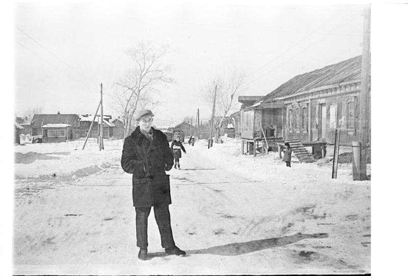 Площадка и автобусная остановка у магазина (он слева за границей кадра).