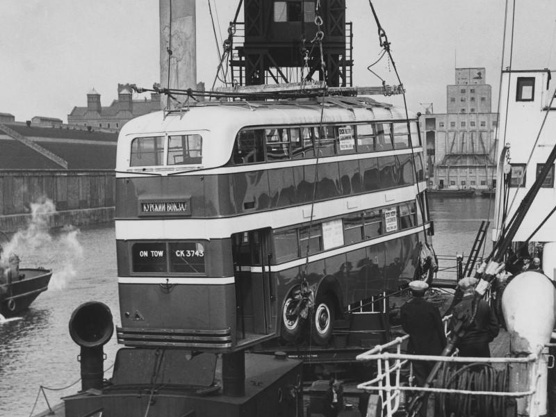 Отгрузка в Англии двухэтажного троллейбуса для Москвы.