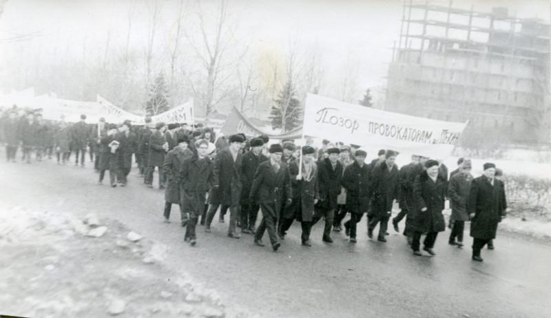 Демонстрация на Университетском проспекте перед поворотом на улицу Дружбы.
