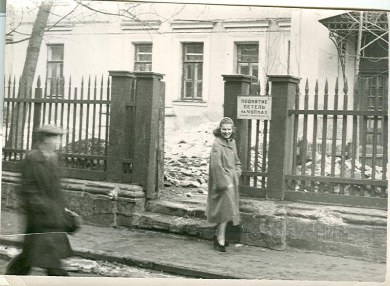 1955-59. Москва, Кривоколенный переулок, здание бывшей городской усадьбы князя П.Ф. Голицына (!).