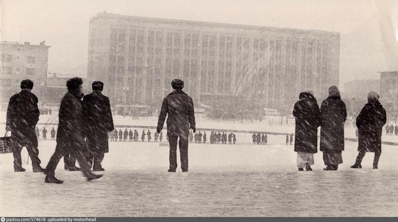 Стояли даже на льду пруда.