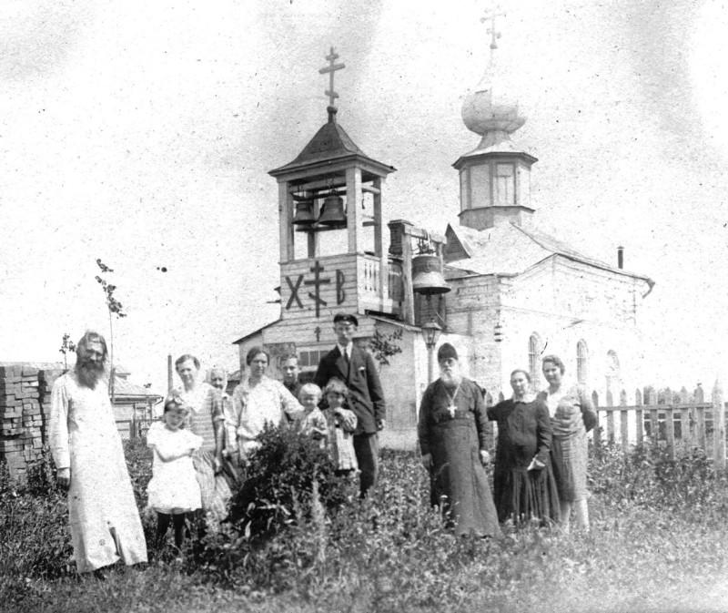 Пасхальные дни. Свящ. Александр Орлов слева, справа его тесть, прот. Александр Крылов служивший в этом храме со дня его постройки и до своей смерти в 1936г.
