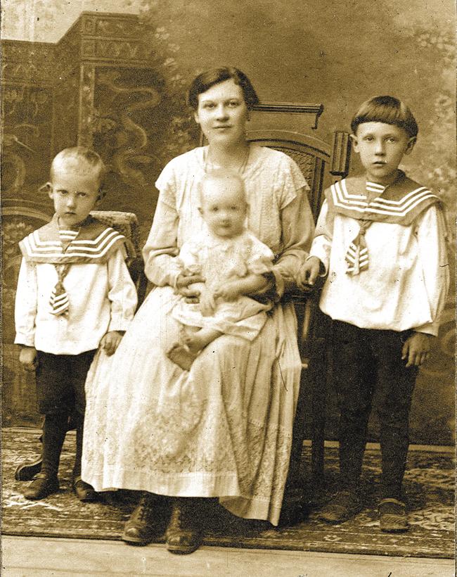 Софья Александровна, супруга Александра Орлова, с маленьким Панечкой на руках, скончавшимся в возрасте шести с половиной лет