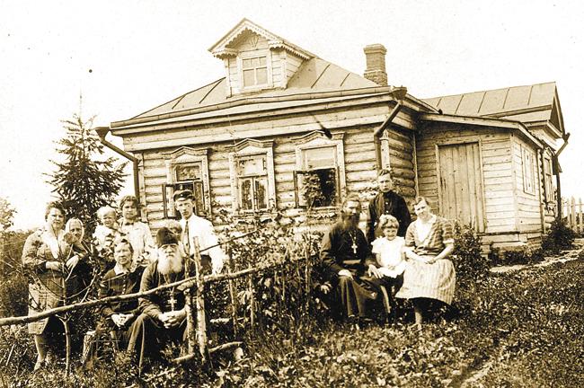 Семья Орловых – Крыловых перед своим домом в селе Семёновском Ленинского района Московской области