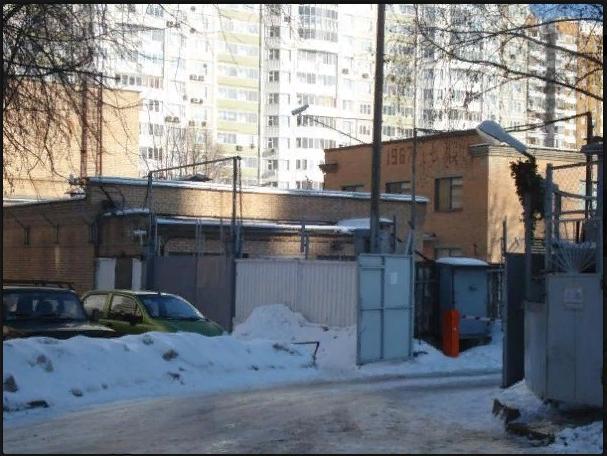 (Открытые ворота ведут в соседние гаражи)