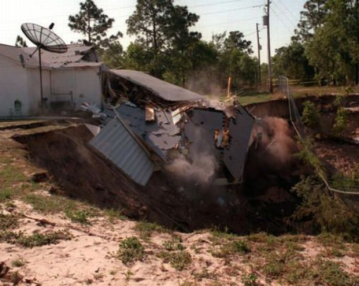 1276692478_giant_sinkholes_and_road_collapses_23