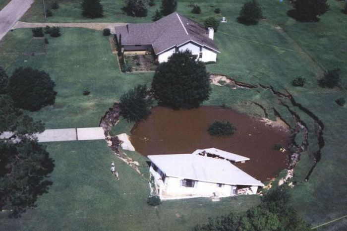 1276692487_giant_sinkholes_and_road_collapses_28