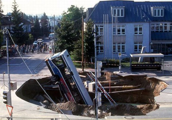 1276692489_giant_sinkholes_and_road_collapses_12